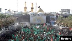 4일 이라크 바그다드 남부 케르바라에서 시아파 이슬람교도들이 '아슈라' 축제를 치르고 있다.