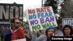 Những người chống đối Tổng thống Trump trong cuộc biểu tình hôm 4/3/2017 ở Berkeley. (Ảnh: Bùi Văn Phú)