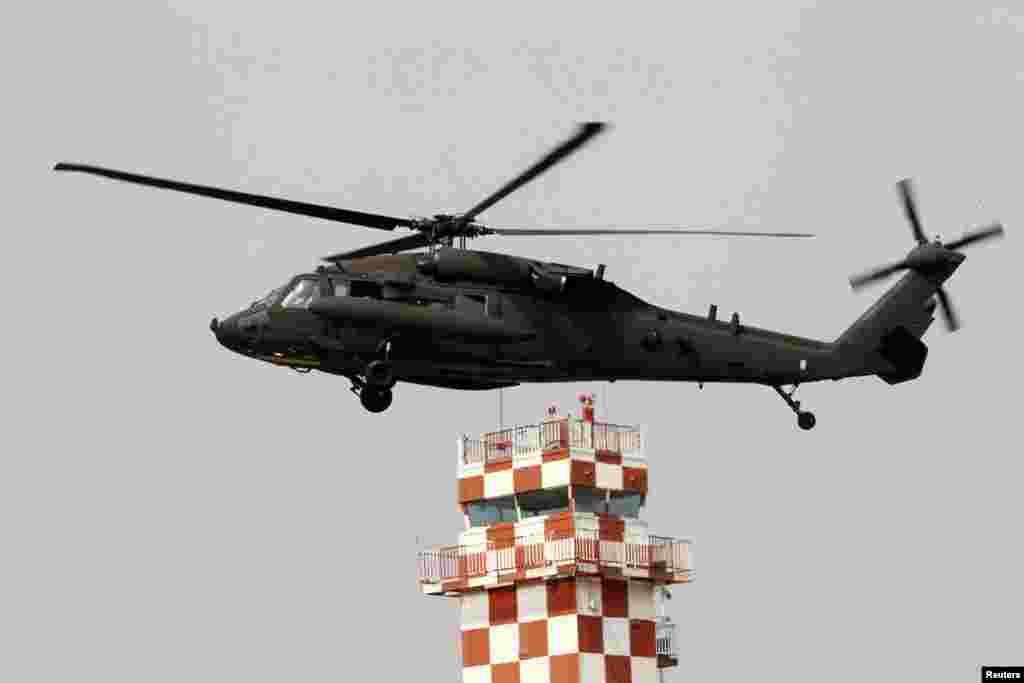 2013年4月4日,一架美國陸軍直升機準備降落。在這之前,美軍舉行了儀式,宣佈美國陸軍化學兵部隊第23營重返駐韓國議政府市的美軍基地。