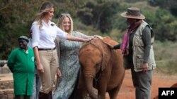 ABŞ-ın birinci xanımı Melaniya Tramp və Keniyanın birinci xanımı Marqaret Kenyatta Nayrobidə fil balalarının saxlandığı Deyvid Şeldrik qoruğunda 5 oktyabr, 2018.