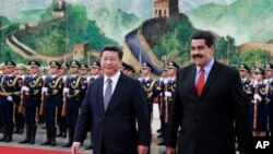 니콜라스 마두로(오른쪽) 베네수엘라 대통령과 시진핑 중국 국가주석이 지난 2015년 베이징 인민대회당에서 의장대를 사열하고 있다. (자료사진)