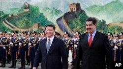 中國國家主席習近平和委內瑞拉總統馬杜羅在北京人民大會堂檢閱三軍儀仗隊後交談。(2015年1月7日)