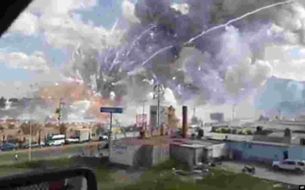آتشبازی کے سامان میں ہونے والے ان دھماکوں سے پورا علاقہ رنگا رنگ دھوئیں سے بھر گیا۔