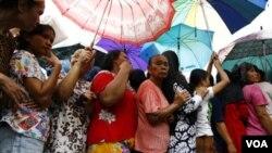 Di Medan, warga antri untuk membeli sembako murah, khususnya beras, minyak goreng, dan gula.