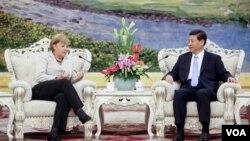 德國總理默克爾(左)8月30日在北京人民大會堂同中國國家副主席習近平(右)舉 行會談