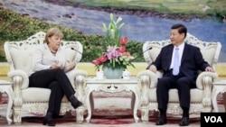 德国总理默克尔(左)8月30日在北京人民大会堂同中国国家副主席习近平(右)举行会谈