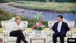 德国总理默克尔和中国主席习近平早就相识,图为她2012年8月30日在北京人民大会堂同中国国家副主席习近平举 行会谈