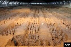 中国陕西省西安市秦代兵马俑博物馆里,兵马俑排兵布阵。(2018年1月8日)