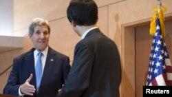 한국을 방문한 존 케리 미 국무장관이 18일 외교부에서 윤병세 한국 외교장관과 공동기자회견을 가진 후 악수하고 있다.