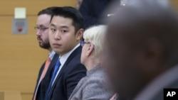 پیتر لیانگ، نفر دوم از سمت چپ، مجرم شناخته و به ۵ سال حبس محکوم شده است.