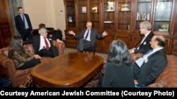 Para anggota Dewan Penasihat Yahudi Muslim bertemu dengan pemimpin mayoritas Senat Demokrat Chuck Schumer di Washington (1/2).