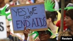 Các nhà hoạt động chống HIV/AIDS trong cuộc biểu tình bên ngoài Tòa Bạch Ốc ở thủ đô Washington, ngày 24/7/2012