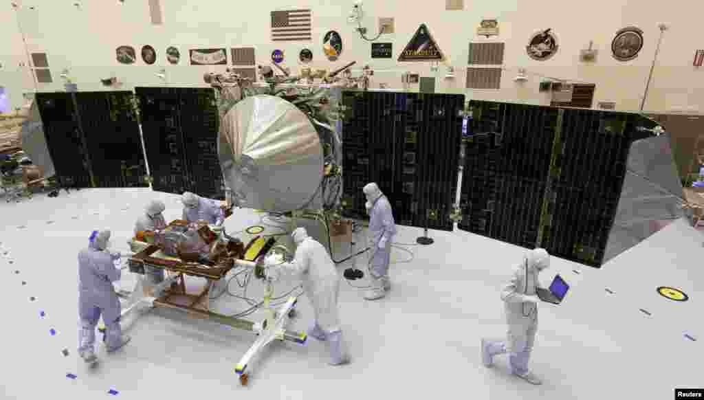 """ناسا کے سائنسدان مریخ جانے والے """"ماون"""" ٘خودکار خلائی جہاز کی جانچ کر رہے ہیں"""