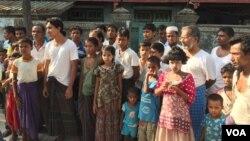 Warga dan anak-anak Rohingya di Sittwe, Myanmar (foto: dok). Masa depan anak-anak Rohingya Myanmar tampak suram dengan makin dipersulitnya mereka untuk bisa mengenyam pendidikan.