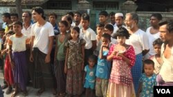 Warga Muslim Rohingya di daerah Aung Minglar terlihat di Sittwe, Myanmar, 5 Juni 2015. (Colin Lovett/VOA)