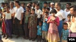"""Warga muslim Rohingya di permukiman Aung Minglar, Rakhine, Myanmar. Mereka menolak untuk menyebut diri mereka sebagai orang """"Bengali"""" (foto: VOA/Colin Lovett).)"""