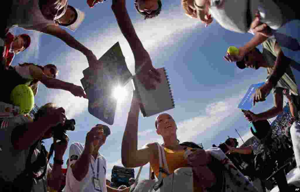 9月1日:塞尔维亚网球女将扬科维奇在纽约举行的美网公开赛上击败澳大利亚女将多克奇后为球迷签名。