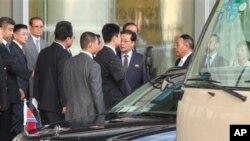 ေျမာက္ကိုရီးယားေခါင္းေဆာင္ ကင္ဂ်ံဳအြမ္ရဲ့ ဦးေလး Jang Sung Taek တရုတ္ေျမာက္ကိုးရီးယား နွစ္နုိင္ငံ စီးပြားေရးဆိုင္ရာ ကိစၥရပ္ေတြ ေဆြးေႏြးဖို႔ တရုတ္နုိင္ငံ ေဘဂ်င္းေလဆိပ္ကို ေရာက္ရွိလာစဥ္။