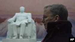 9일 방북 중 평양 인민대학당의 김일성 동상 앞에 서 있는 에릭 슈미트 구글 회장(왼쪽).