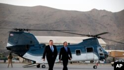 Госсекретарь Майк Помпео и посол США в Афганистане Джон Басс, аэропорт Кабула, 25 июня 2019 года