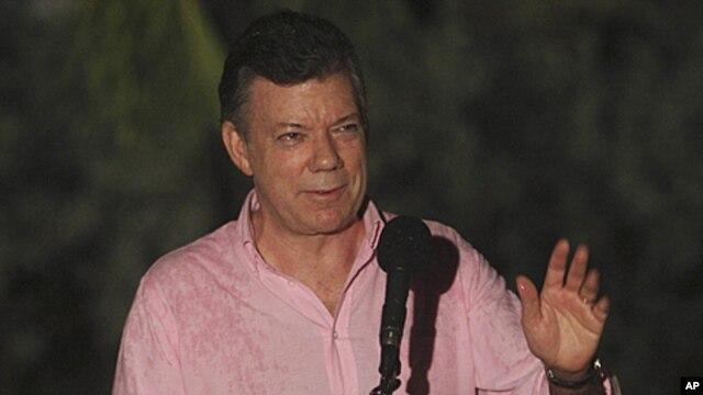 Colombia's President Juan Manuel Santos talks to the press in Cartagena, Colombia, Nov. 4, 2011.