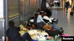 Người tị nạn không có chỗ ở ngủ tại trạm xe lửa chính ở Munich, Đức, ngày 13/9/2015.