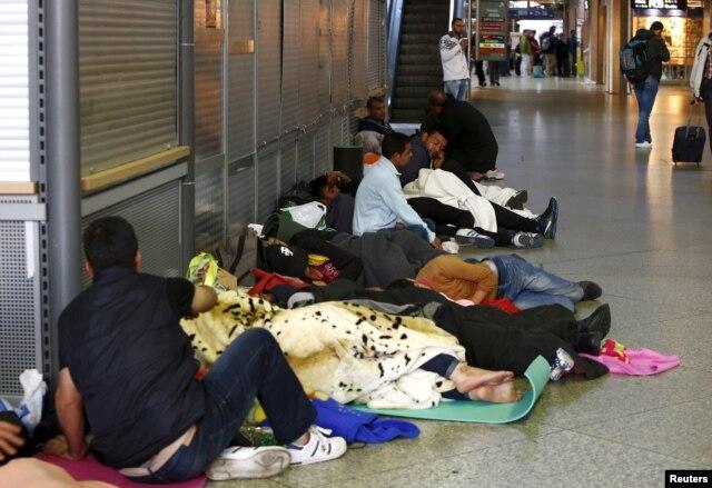 Di dân ngủ ở hành lang nhà ga chính ở Munich, Đức, ngày 13/9/2015.