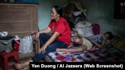 Bà Pham Thi Dao, 46 tuổi, nói bà phải làm việc hơn 18 giờ một ngày mà chỉ được ăn một bữa ăn. [Yen Duong/Al Jazeera -Screenshot]