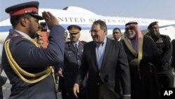 11일 쿠웨이트 국제공항에 도착한 리언 파네타 미 국방장관(가운데).
