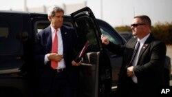 Госсекретарь США Джон Керри (слева)