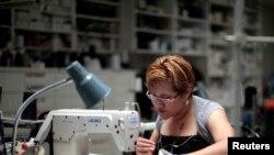یک دوزنده آمریکایی در کارخانه تولید لباس «کارن کین» در کالیفرنیا