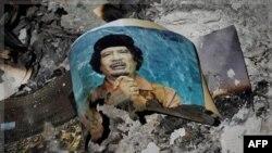 Hình ảnh nhà độc tài Libya bị lật đổ Moammar Gadhafi được nhìn thấy trong đống tro tàn tại trung tâm thành phố Sirte