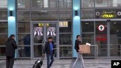 آرشیف: شماری از پناهجویان افغان که در ماه دسامبر ۲۰۱۶ از آلمان اخراج شدند، حین بیرون شدن از میدان هوایی کابل