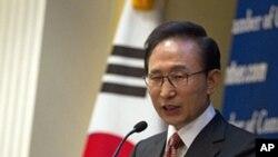 韩国总统李明博在美国商会举办的午餐会上讲话