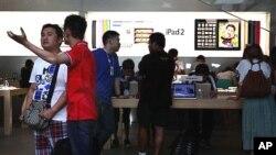2일 베이징의 애플 매장에서 '아이패드' 상품을 구경중인 고객들.