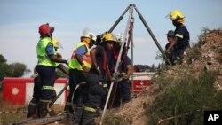 2月16號救援人員試圖救出被困在一個廢棄金礦的地下隧道內的非法採礦者。