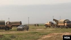 在伊拉克迈尔穆尔地区,伊拉克军队与库尔德敢死军的联合阵地后矗立的车载火箭发射器。 (资料照片)