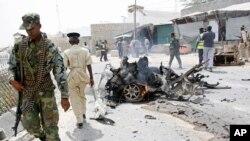 Un soldat somalien sur les lieux d'attentat à la voiture piégée à Mogadiscio