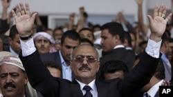 也门总统萨利赫向支持者挥手 (资料照片)