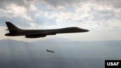 미 공군 B-1 전략폭격기에서 재즘(JASSM) 장거리 공대지 미사일을 발사하고 있다. (미 공군 제공 자료사진)