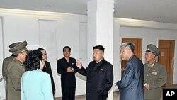 2일 평양산원 유선종양연구소를 현지지도하는 김정은 북한 국방위원회 제1위원장.