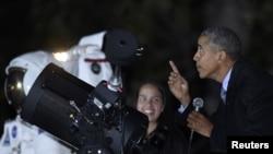 奧巴馬在活動中與一名學生交談