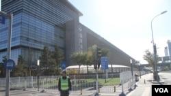 2014 APEC新闻中心之一设在国家会议中心,出入安保严密 (美国之音东方拍摄)