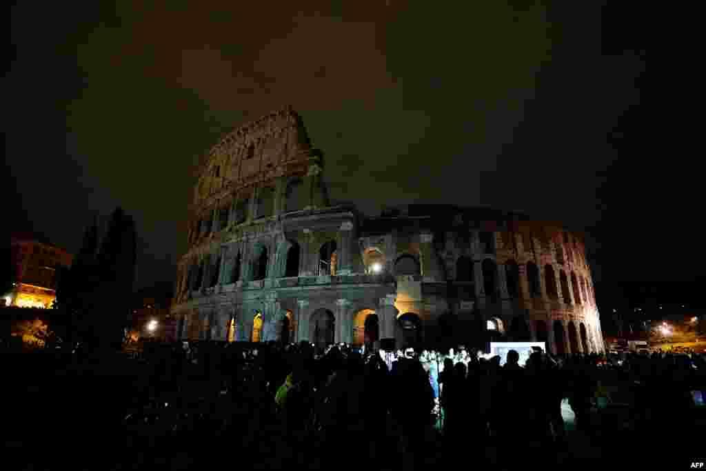 អគារបុរាណ Colosseum ត្រូវបានគេថតបាននៅពេលព្រលប់ ក្នុងពេលប្រារព្ធកម្មវិធី Earth Hour នៅក្នុងក្រុង Rome ប្រទេសអ៊ីតាលី កាលពីថ្ងៃទី២៤ ខែមីនា ឆ្នាំ២០១៨។