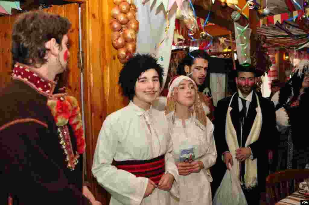 Вечером, вероятно, последний день, когда в дом к украинцам с традиционными колядками зайдет импровизированный вертеп. В крещенский вечер хлебосольные хозяева просто не могут отказать в угощении гостям