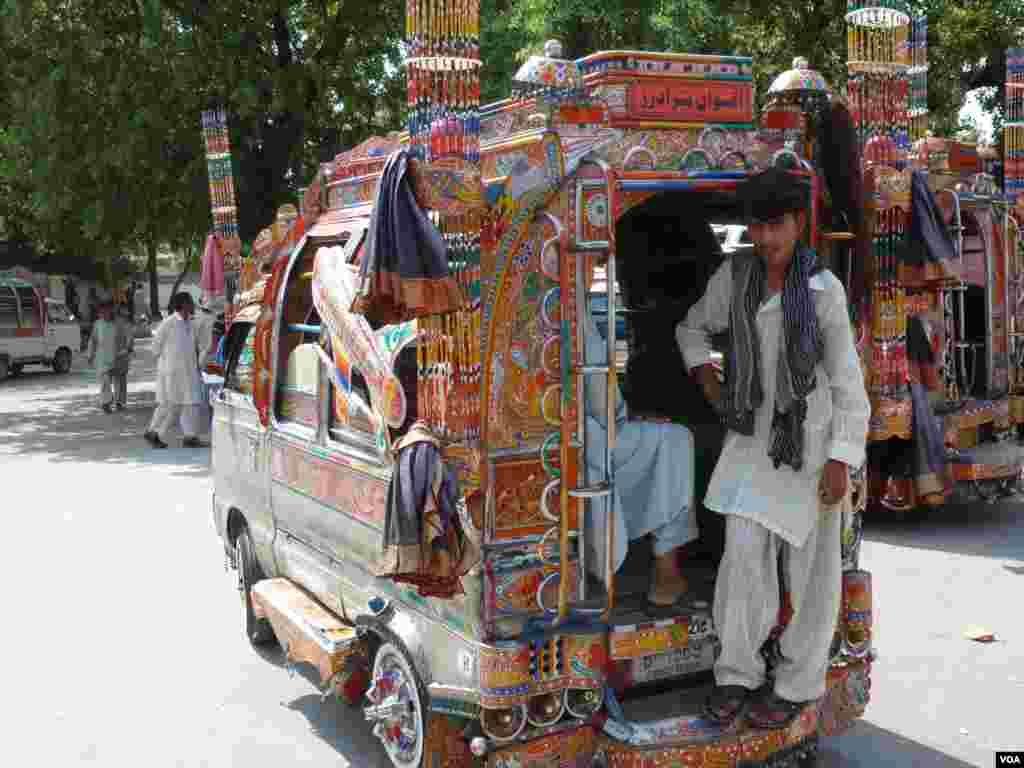 یک اتوبوس رنگ آمیزی شده - اسلام آباد
