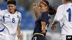 Cinco jugadoras de la selección femenina de fútbol de EE.UU., incluyendo Alex Morgan (centro) alegan discriminación salarial.