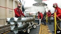 Высокоточные авиабомбы со спутниковым наведением. Авианосец USS Theodore Roosevelt. 17 мая 2005 г.