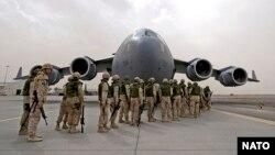 NATO gia hạn sứ mạng tại Afghanistan qua việc giữ 12.000 binh sĩ ở lại cho đến hết năm 2016.