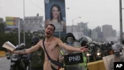 委內瑞拉民眾示威要求總統下台,其中一名示威者手持一部聖經參與示威。